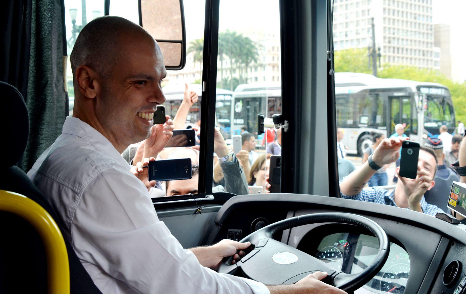 Bruno Covas durante entrega de nova frota de ônibus elétricos (Crédito: Divulgação Prefeitura)