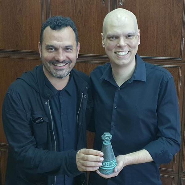 Secretário Municipal de Cultura, Ale Youssef, entrega prêmio ao prefeito Bruno Covas (Crédito: Divulgação)