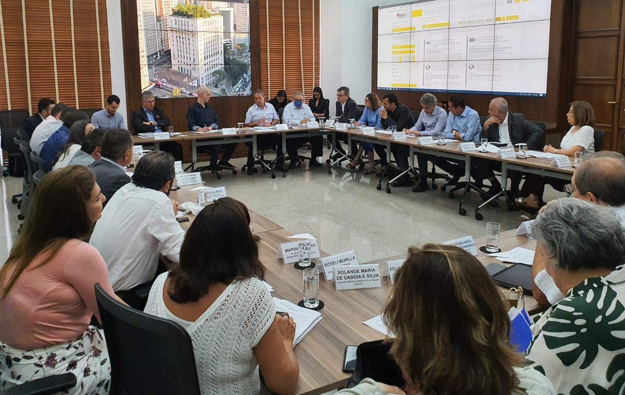 Prefeito em reunião com secretariado para medidas contra coronavírus. Crédito: divulgação)