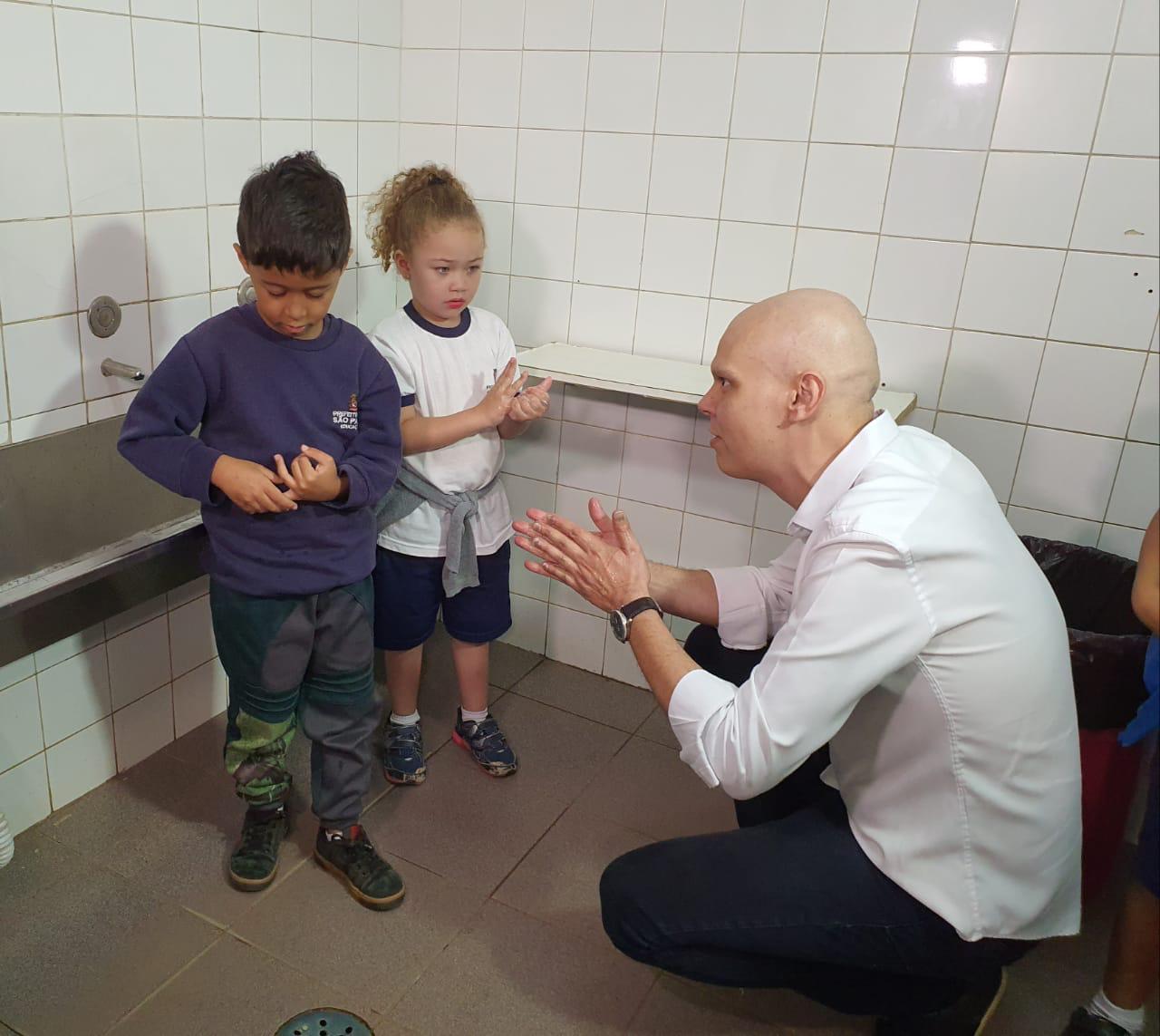 Prefeito Bruno Covas ensinou crianças o jeito certo de lavar as mãos (Divulgação: Prefeitura)