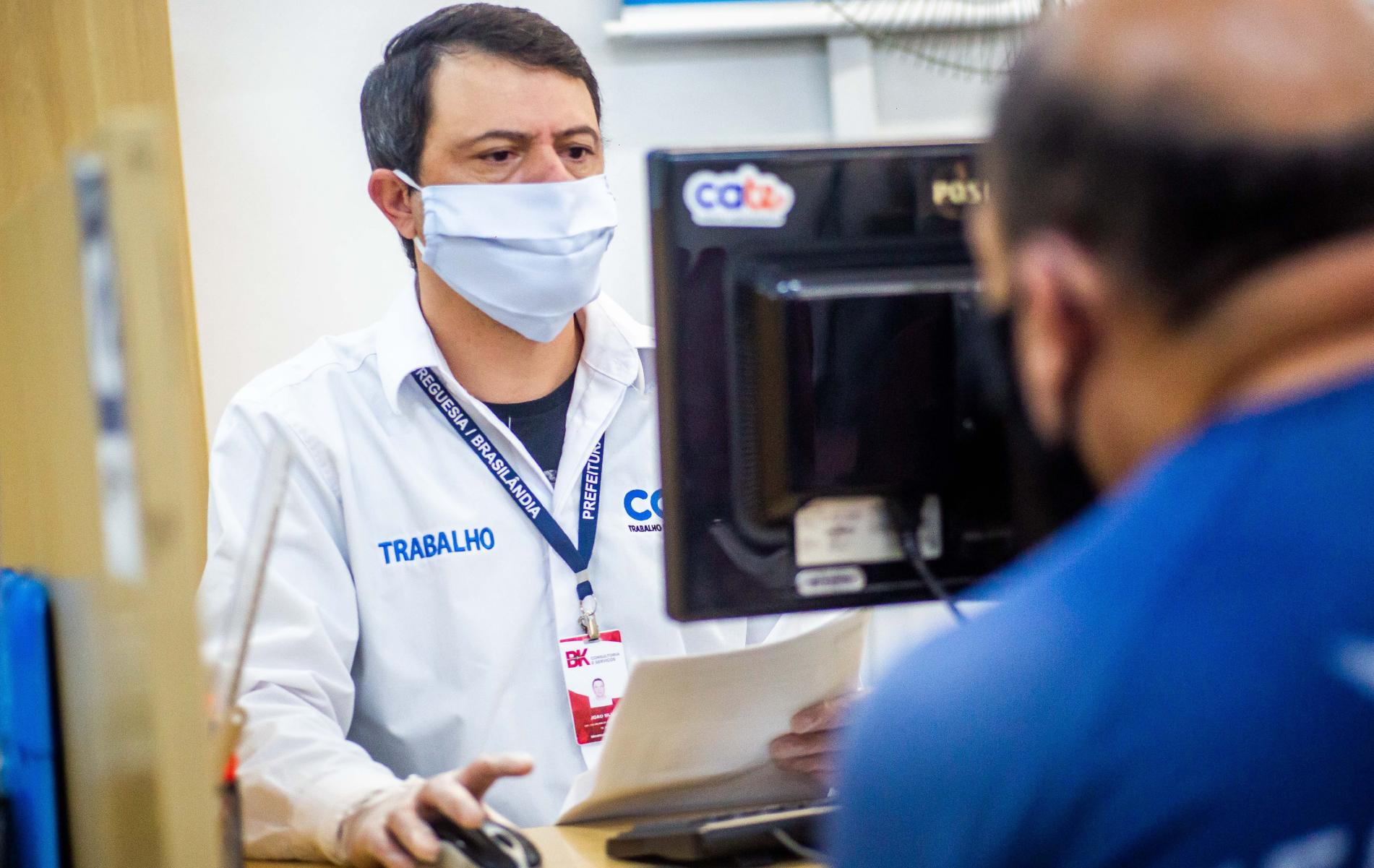Profissionais das unidades Cate têm ajudado a população nos processos seletivos das áreas de saúde, varejo e entregas. (Divulgação: Prefeitura de São Paulo)