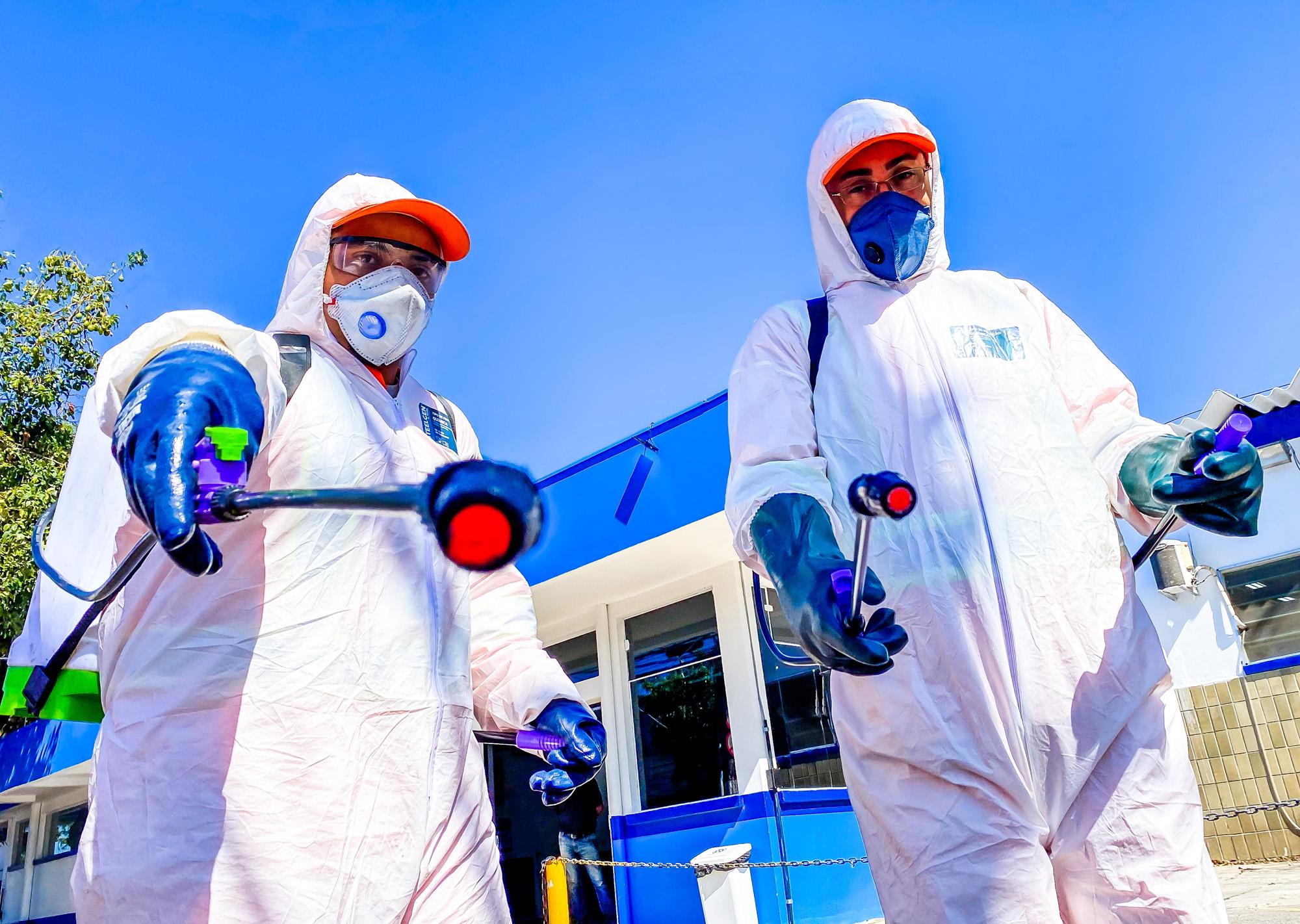 Pulverização de substâncias desinfetantes tem sido aliada no combate à disseminação do novo coronavírus (Crédito: Divulgação Prefeitura)