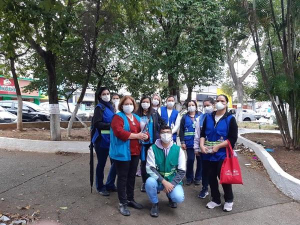 Equipes de saúde têm percorrido a cidade para informar a população sobre covid-19 (Crédito: Divulgação Prefeitura)